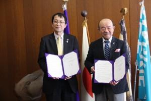 調印後の記念撮影 (左:永田恭介学長、右:今川美明会長)